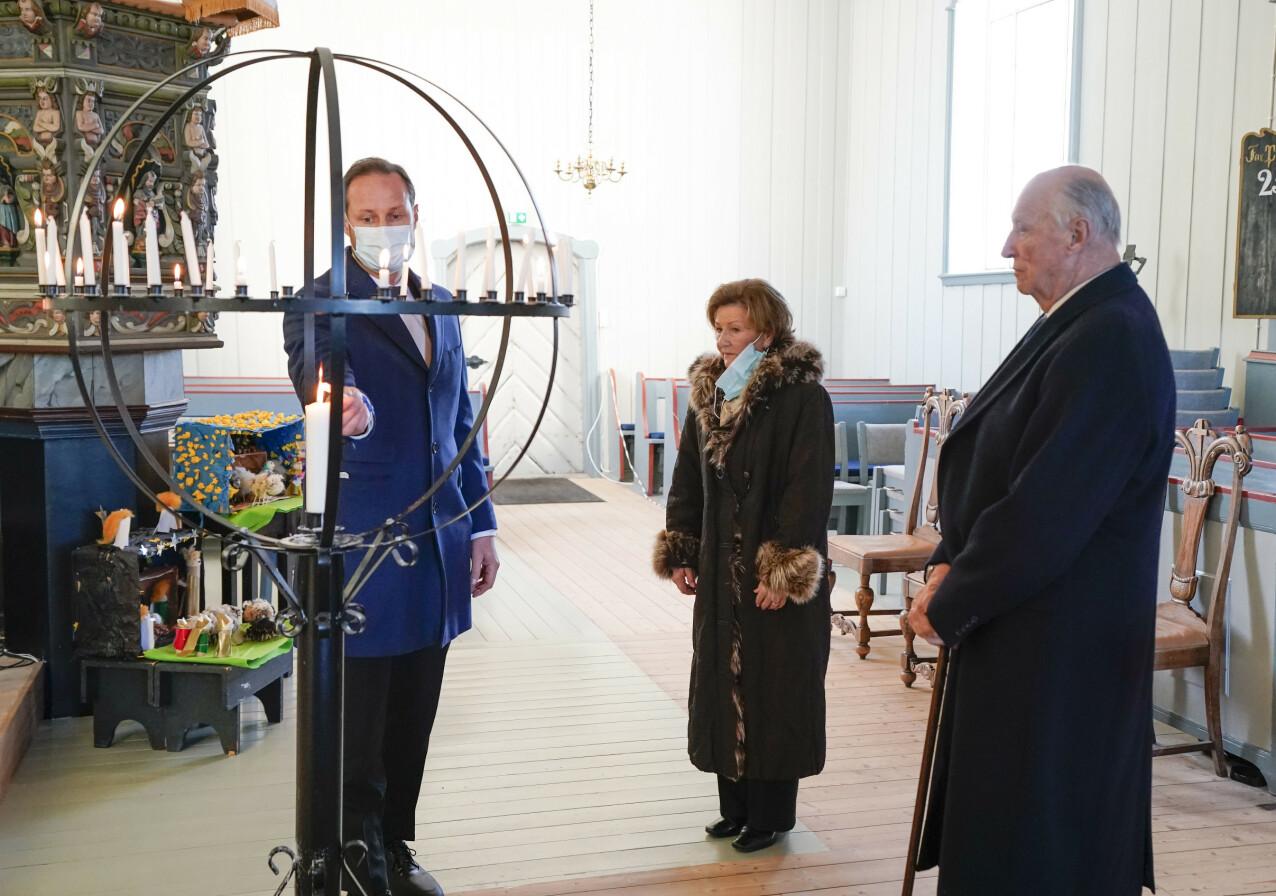 KONGEFAMILIEN BESØKTE GJERDRUM: Kong Harald, dronning Sonja og kronprins Haakon tente lys i Gjerdrum kirke 3. januar 2021, for å minnes ofrene etter jordraset i Ask. FOTO: Lise Åserud / NTB
