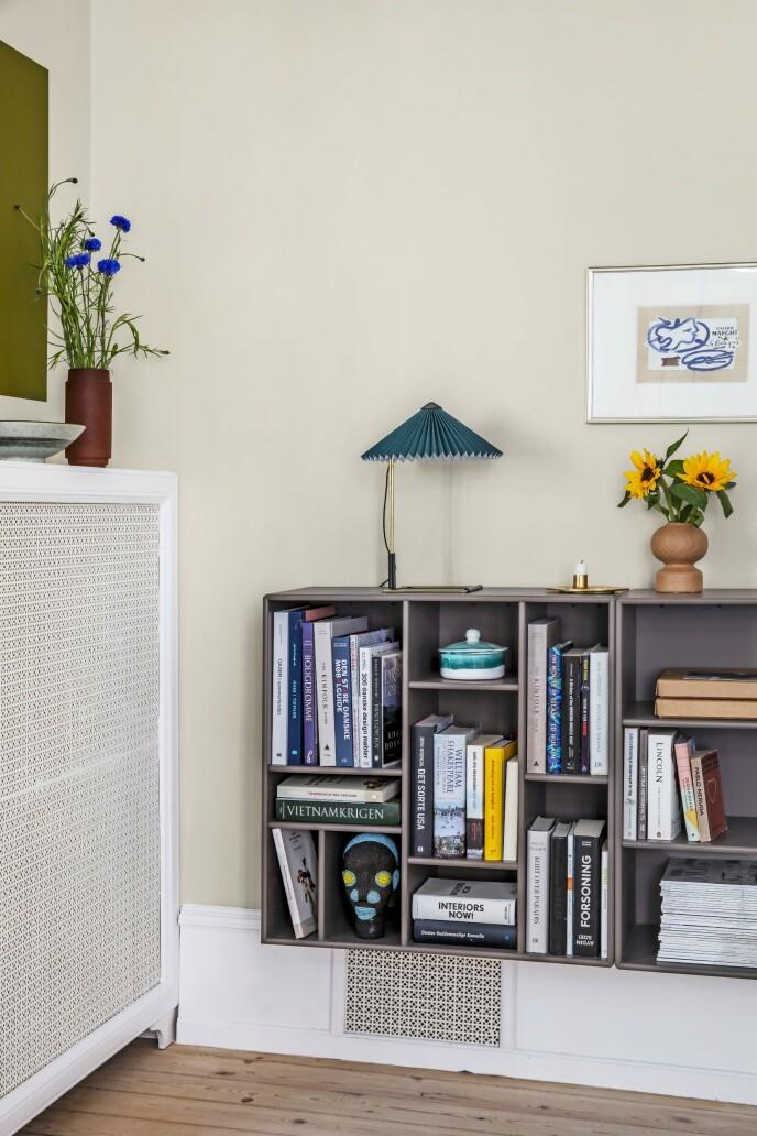 Tenk kontrastfarger når du velger kunst til veggene. Til venstre har Mette malt en firkant direkte på veggen i stedet for å henge opp et innrammet motiv. Lampen er fra Hay, messinglysestaken fra Georg Jensen og reolen fra Montana. FOTO: Christina Kayser O.