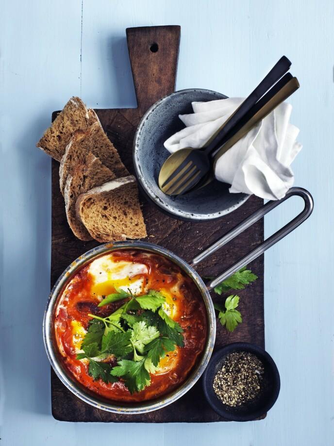 Denne tunisiskisraelske retten består av egg posjert i sterk tomatsaus med både hvitløk, chili og røkt paprika. Rett og slett en knallstart på dagen. Tips! Shaksuka fungerer også fint som en middagsrett. FOTO: Columbus Leth
