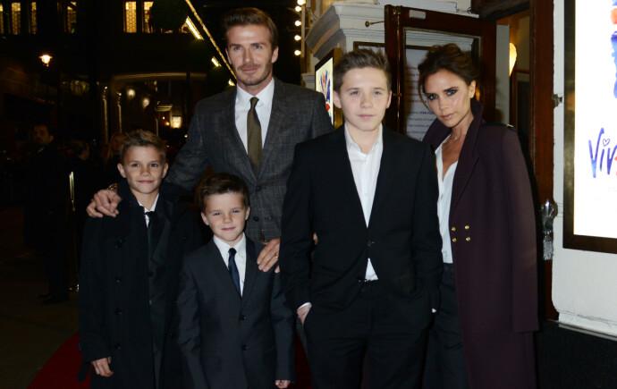 DEN GANG DA: Her er familien Beckham ute i Londons gater i 2012. Her kan man se Romeo helt til venstre i bildet sammen med lillebror Cruz (15), storebror Brooklyn (21), pappa David (45) og mamma Victoria (46). FOTO: NTB