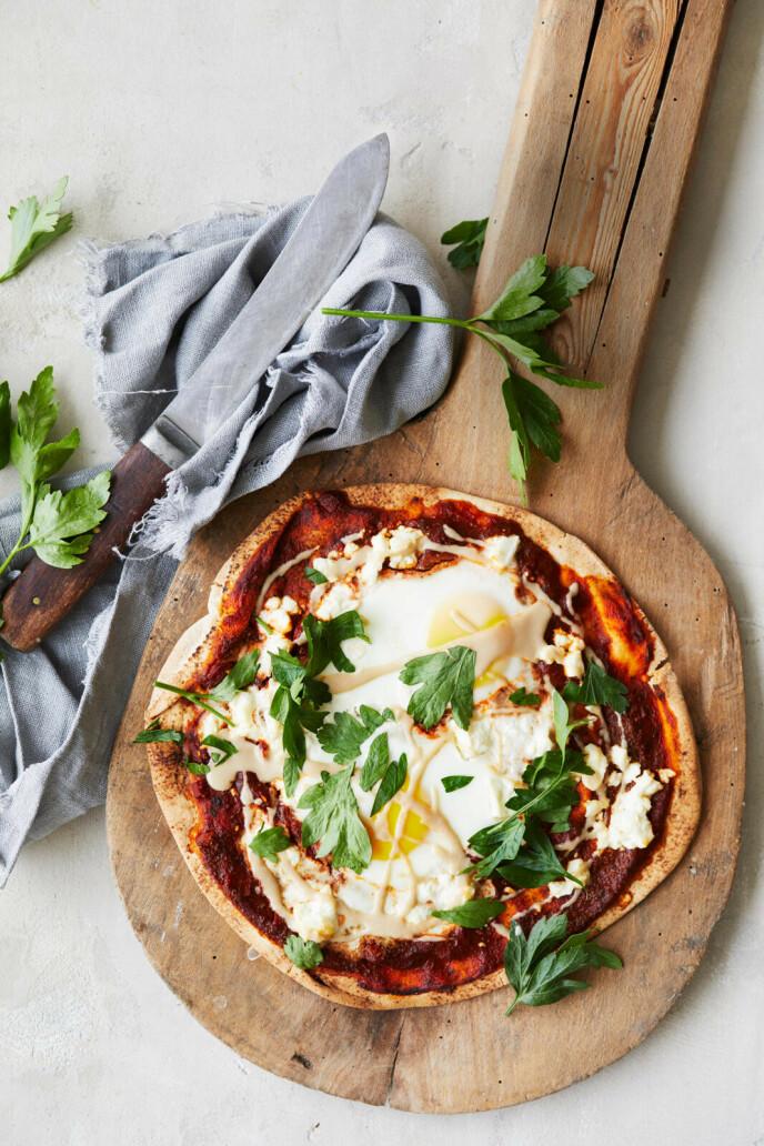 Dette er en litt alternativ pizzavariant med flatt arabisk brød til bunn og med egg på toppen. Tips! De myke, flate brødene kan erstattes med pitabrød delt i to eller tortillabrød. FOTO: Winnie Methmann