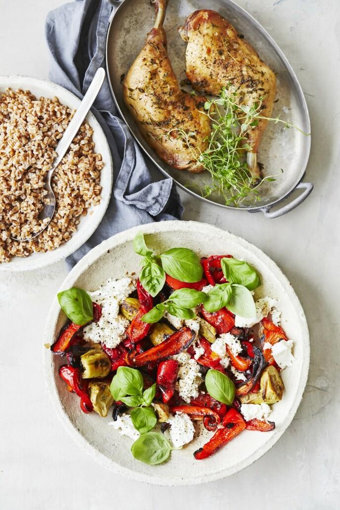 Bytt tomatene i capresesalaten med bakte paprika for en annerledes og fyldig smak. Tips! Denne retten kan også lages med kyllingfileter. FOTO: Winnie Methmann