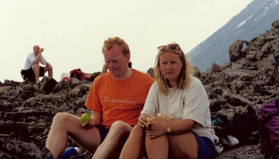 ERNA SOLBERG: Sindre Finnes og Erna Solberg har vært kjærester siden studietiden. I år feirer de sølvbryllup. Her fra en fjelltur på 90-tallet. FOTO: Privat