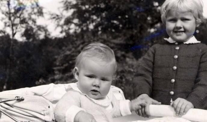 BARNDOMMEN: Erna med storesøsteren Marit på begynnelsen av 60-tallet. FOTO: Privat