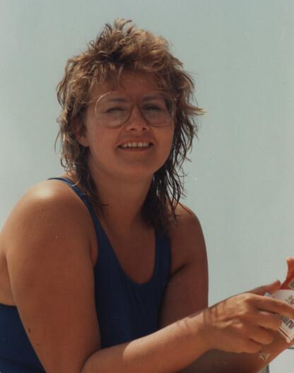 PÅ FERIE: Erna fotografert på seilferie i Hellas på midten av 80-tallet. FOTO: Privat