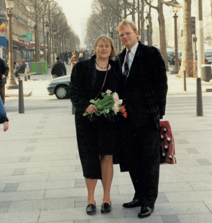 BRYLLUPSBILDE: Erna og Sindre dro til Paris for å gifte seg, og for å slippe unna «alt oppstusset». Året var 1996. FOTO: Privat
