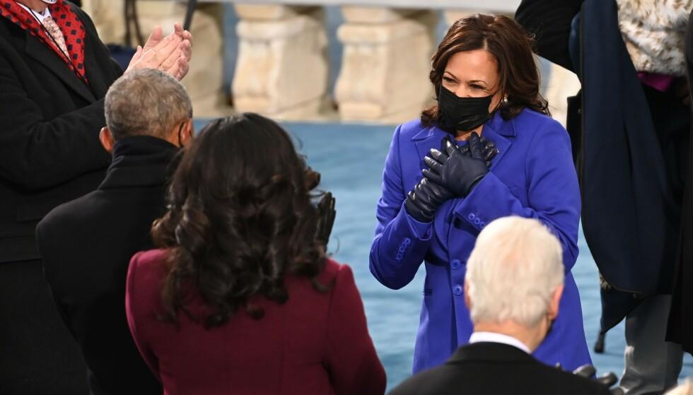 NY VISEPRESIDENT: Kamala Harris er USAs første kvinnelige visepresident. Her er hun sammen med Michelle Obama - begge kledd i ulike lilla-nyanser. Foto: NTB