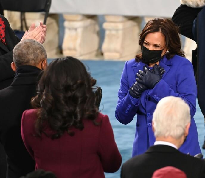 BRYR SEG: Både Kamala Harris (avbildet) og Michelle Obama (i lilla) har begge vært å se på forsiden av Vogue - verdens største motemagasin. Jeg antar man ikke takker ja til noe slikt dersom man ikke har en interesse for mote. Foto: SAUL LOEB / POOL / AFP