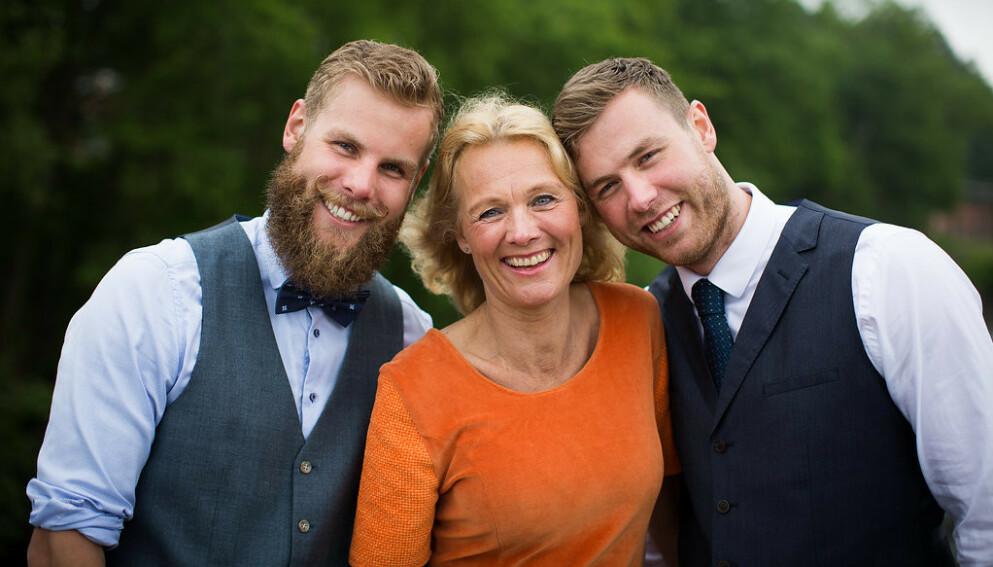 MOR OG SØNNER: Bente sammen med sønnene Mats og Truls som er stolte av alt moren får til. Stoltheten er gjensidig. FOTO: Mona Moe Machava