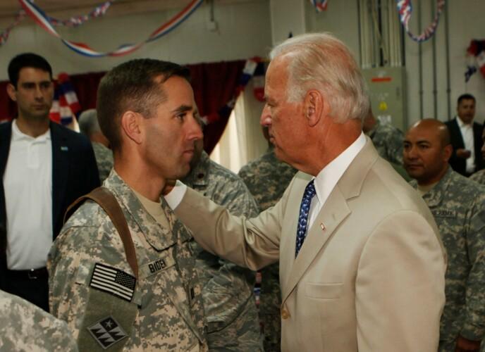 VARMT MØTE: Joe Biden møtte sønnen, kaptein Beau Biden i Baghdad i Irak på nasjonaldagen 4. juli 2009. FOTO: NTB