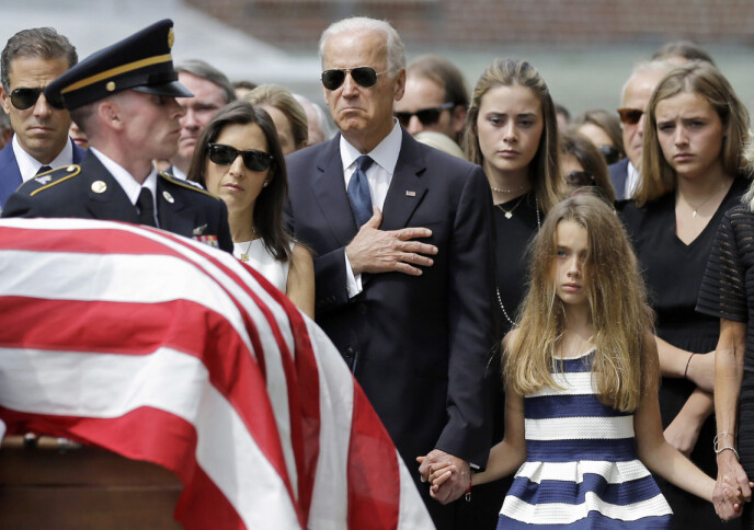 ET TØFT FARVEL: Joe Biden tar farvel med eldstesønnen Beau Biden i Delaware i juni 2015. Han døde som følge av kreft i hjernen 30. mai 2015. Fra venstre ser man Jo Bidens sønn Hunter Biden, enken etter Beau Biden Hallie Biden og parets datter Natalie. FOTO: NTB