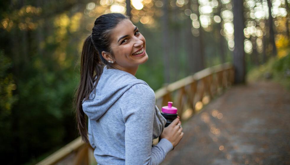 SKÅNSOM AKTIVITET: De fleste kan, orker og har glede av gåturer utendørs, eller på mølla. Men kan det være effektiv trening? Foto: NTB