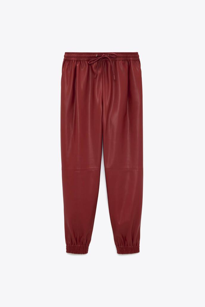 Bukse i imitert skinn (kr 380, Zara).