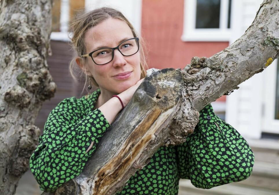 FIKK HJELP: Etter noen tunge år da Ida Olofsson ikke ante om hun ville bli frisk og få jobb og venner igjen, smiler livet til henne igjen selv om må innse at hun ikke kan klare det hun gjorde før. Foto: Peter Ericsson