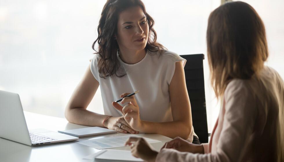 LØNNSFORHANDLINGER: Det krever mot å banke på døra til sjefen for å be om mer i lønn, men ekspertene har klare råd til hva du bør si - og ikke bør si - når du først har mota deg opp.