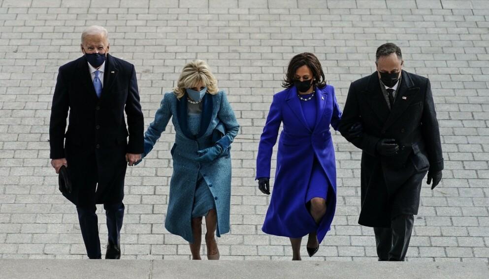 TILFELDIG? Var det ren og skjær tilfeldighet som gjorde at president Joe Bidens slips matchet førstedamens antrekk? Og var det helt tilfeldig at fargene på plagget også representerer demokratene? Neppe. Foto: NTB