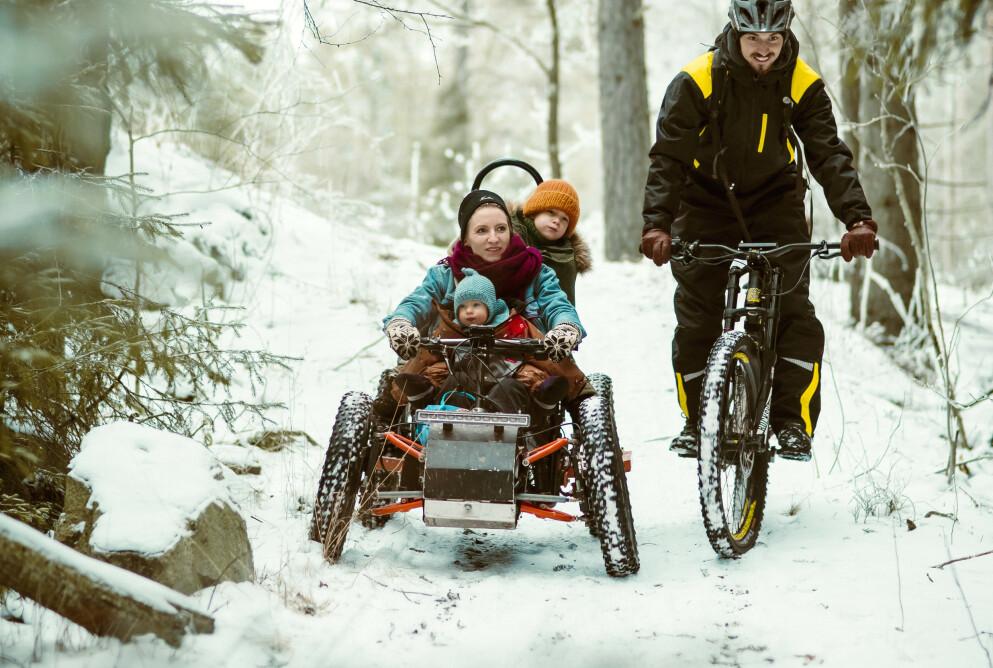 RULLESTOLMAMMA: Denne firehjulingen har Kirstis mann konstruert til henne så hun kommer seg ut i naturen. FOTO: Astrid Waller