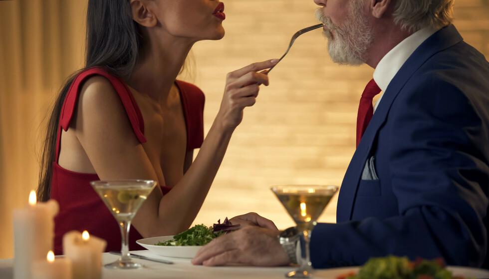 """PÅ ALDER MED BARNA: Noen ungdommer syns det er direkte flaut i begynnelsen når mamma eller pappa kommer hjem med ny kjæreste som er """"kun 12 år eldre enn dem selv""""."""