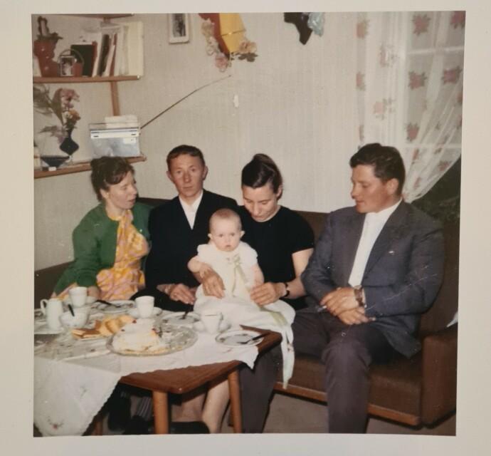 STOR DAG: Anne Lise på dåpsfesten sin hjemme i huset i bygda Bildan. Mamma har disket opp med tradisjonsrik norsk festmat. FOTO: Privat
