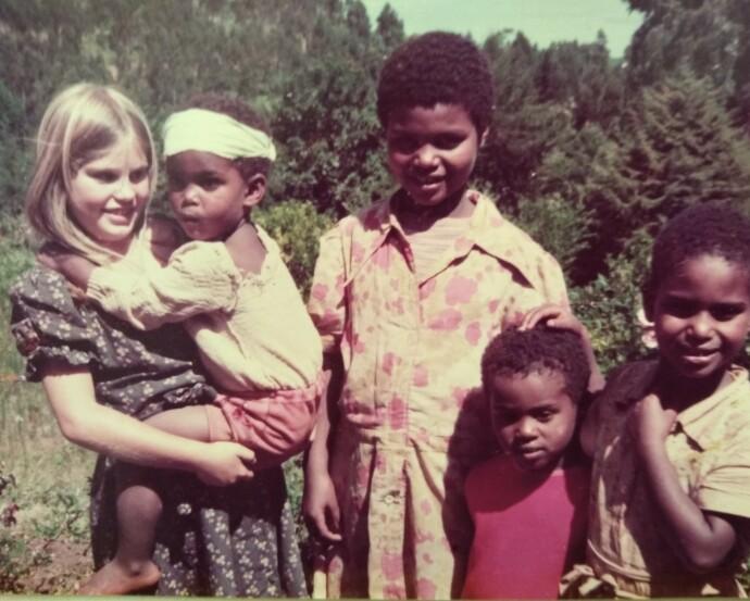 EKSOTISK OPPVEKST: Ingvill bodde i Etiopia i to runder som barn, i landsbyen Gidole hvor faren var lege. Her er hun med vennene sine i landsbyen. FOTO: Privat