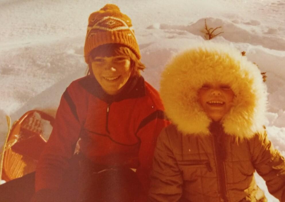 SORGLØSE DAGER: Fire år gamle Ingvill på aketur med storebror Kristian på slutten av 70-tallet. Kristian var da 14 år gammel, og Ingvill minnes ham som en spesiell bror, som aldri var flau over å ha med seg lillesøster, og som alltid fikk henne til å føle seg glad. FOTO: Privat