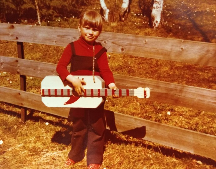 SANGENE OG SOMRENE: Ingvill minnes barndommens somre med storebroren Kristian i et skjær av solskinn. Fra gitaren han bygget til henne kom de fineste melodier. I dag er Kristian borte. FOTO: Privat