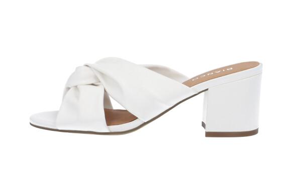 Sandal med kraftig hæl (kr 550, Bianco).
