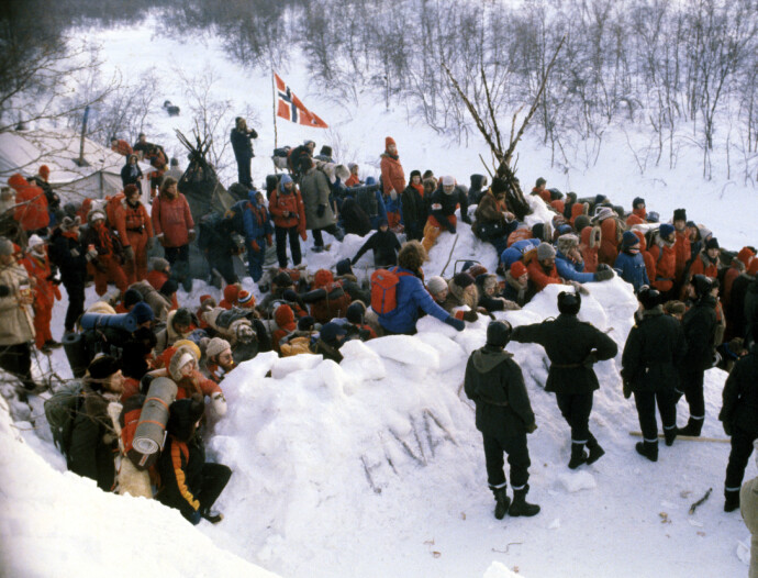 PROTESTLEIR: Samiske og norske demonstranter hadde slått leir ved Stilla. Her ankommer politiet det såkalte Nullpunktet i januar 1979, for å rydde leiren. FOTO: Per R. Løchen/NTB
