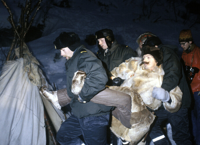 LEIREN RYDDES: Skuespiller Nils Utsi bæres bort av politiet fra leiren i Stilla. FOTO: Per R. Løchen/NTB