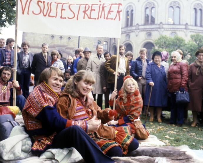 SULTESTREIK: Oslo, 1979. Samer fra Masi har slått leir og sultestreiker utenfor Stortinget, i protest mot utbyggingsplanene av Alta-Kautokeino-vassdraget. FOTO: Erik Thorberg/NTB