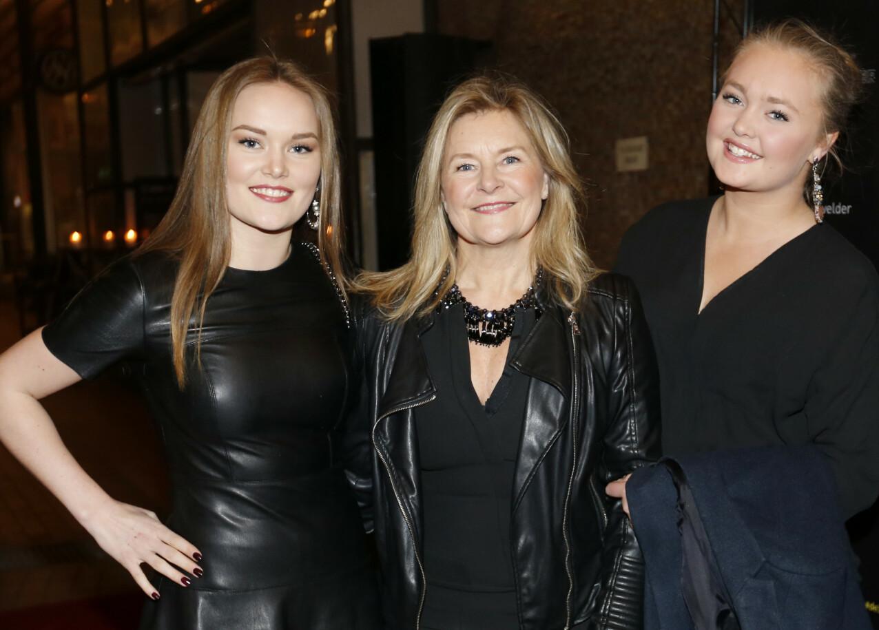 DØTRENE: Elisabeth Andreassen sammen med døtrene Anna og Nora (t.h.) under en premiere i 2015. FOTO: Lise Åserud / NTB