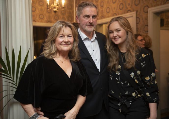 NY LIVSLEDSAGER: Bettan sammen med kjæresten Øystein Sørum og datteren Anna Andreassen under prisutdelingen av Nordens språkpris i 2019. FOTO: Berit Roald / NTB