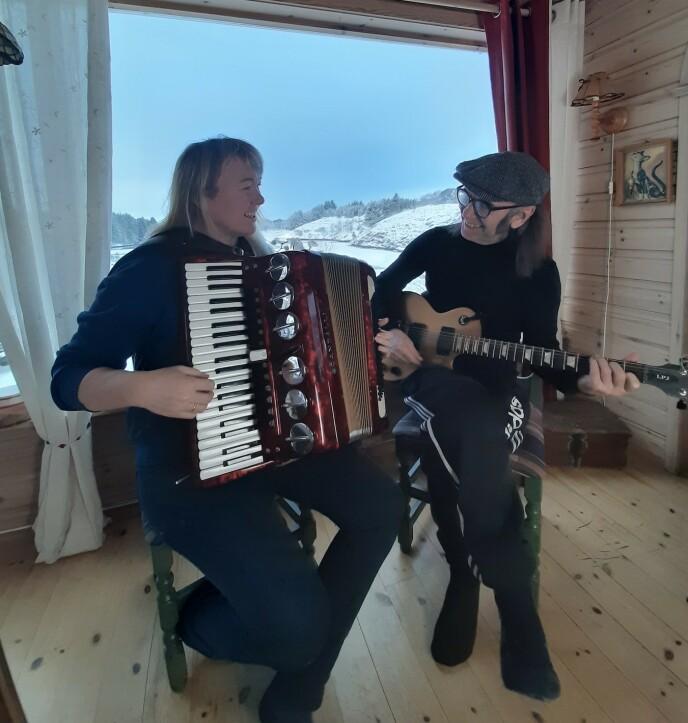 FANT TONEN: Cecilie og Hans Petter ble kjent gjennom musikkmiljøet, og bruker i dag store deler av hverdagen til å jobbe med musikk sammen. De spiller også i samme band. FOTO: Privat