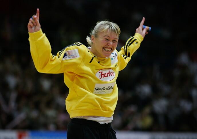 SOM EN MOR: Cecilie kan se tilbake på en ytterst imponerende karriere i håndballmålet. Under denne Champions League-kampen i 2005 sto hun som en mur for det danske laget Slagelse, mot ungarske Dunaferr. FOTO: NTB