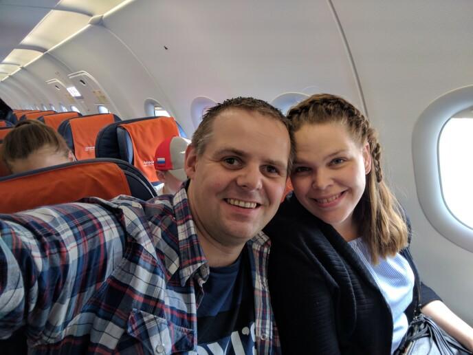 SPENTE: Kenneth og Else-Lill på flyet på vei til Moskva. FOTO: Privat
