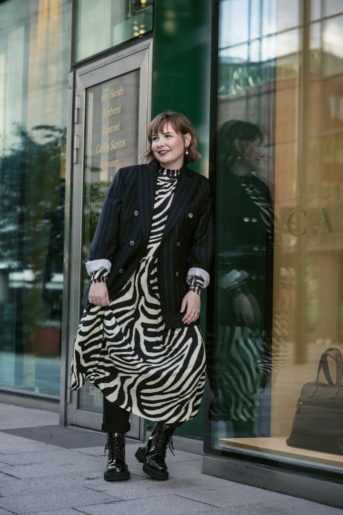ETTER: Herreblazer (kr 3000, Oscar Jacobsen), kjole (kr 400, H&M), mønstrete genser (kr 600, Tiger of Sweden), jeans (kr 500, Zara), øredobber (kr 200, Cos) og boots (kr 4000, J. Lindeberg). Tips! Kjolen kan dresses opp og ned etter anledning. Grove boots er perfekt til hverdags! FOTO: Astrid Waller