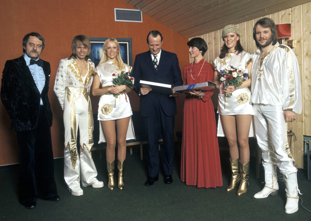 FINT PÅ LOFTET: Særlig glamorøst var det ikke i lokalet på Ekeberghallen, der stjernemøtet mellom Abba og kronprinsparet fant sted i 1977. Helt til venstre er manager Stig «Stikkan» Andersson, i full festmundur, i midten det daværende kronprinsparet. FOTO: Oddvar Walle Jensen/NTB