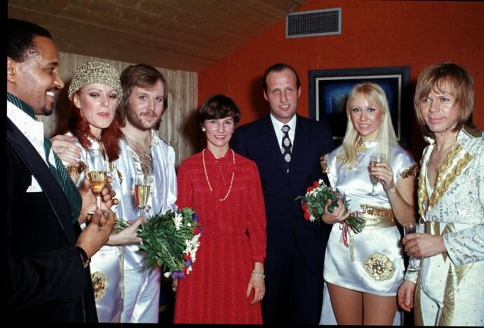 STJERNEMØTE: ABBA innledet sin konsertturne i Ekeberghallen, 28. januar 1977. Fra venstre ser vi Anni-Frid Lyngstad, Agnetha Fältskog, Björn Ulvaeus og Benny Andersson. NTB melder i beskrivelsen at bildet er speilvendt, samt at de mangler navn på mannen til venstre. Men i midten står umiskjennelig kronprinsesse Sonja og kronprins Harald. FOTO: Oddvar Walle Jensen/NTB