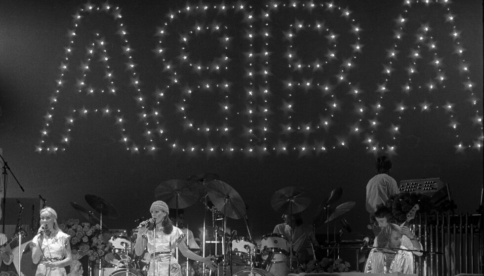 FESTSKRUD: idrettshallen Ekeberghallen var pyntet til det ugjenkjennelige da ABBA innledet turneen her den 28. januar 1977. FOTO: Oddvar Walle Jensen/NTB