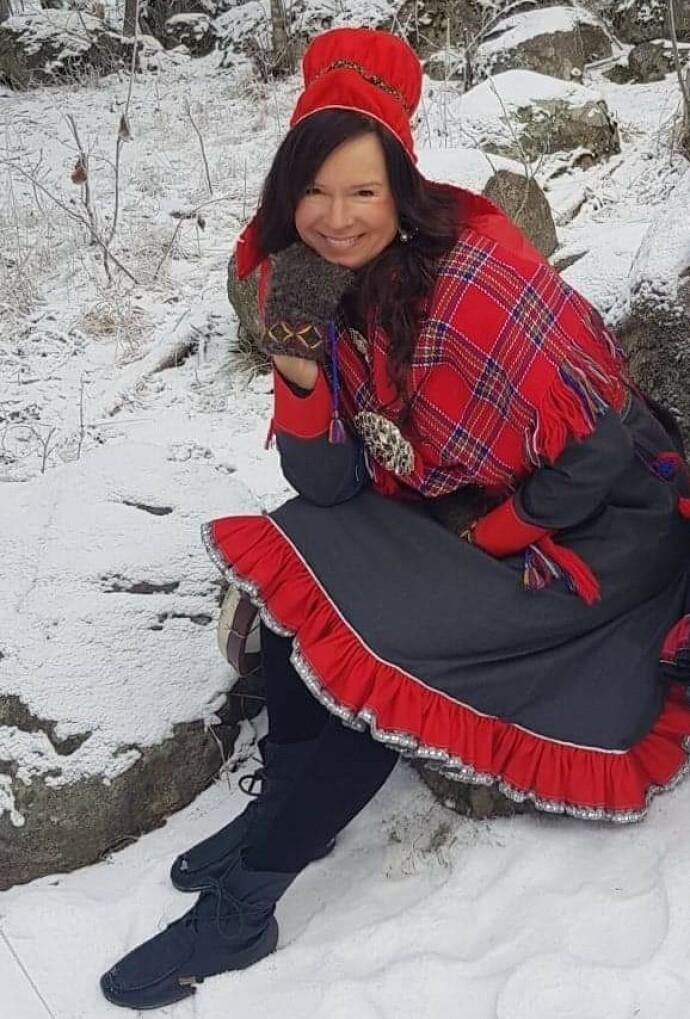 STOLT OG SAMISK: Det skulle ta Anne Lise mange år før hun endelig kjente stolthet over sitt samiske opphav. I dag bærer hun endelig kofta med stolthet. FOTO: Per-Inge Østmo