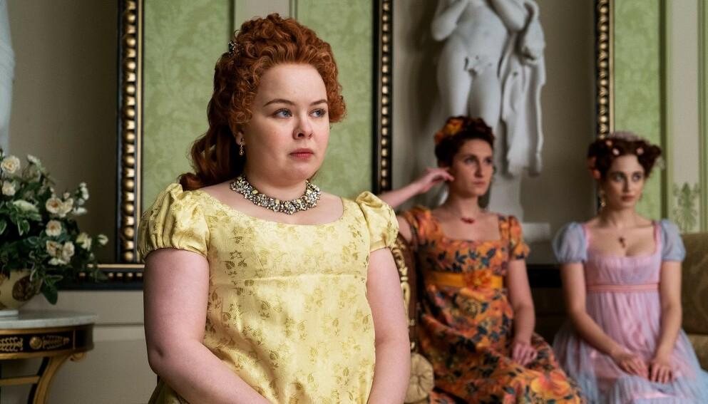 """«ALWAYS YELLOW»: Gult er tydeligvis ikke kult, for Penelope, seriens """"ufikse alibi"""" anser det som et straff at alle kjolene hun får sydd må være i nettopp den fargen. Foto: Netflix"""