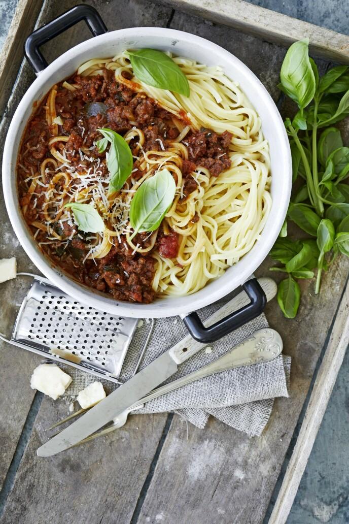 Lag en ekstravagant utgave av pasta med kjøttsaus, og la den koke lenge for å få den beste smaken. Tips! Bolognesesausen kan gjerne småkoke i 3 timer for å få en riktig fyldig smak. FOTO: Winnie Methmann