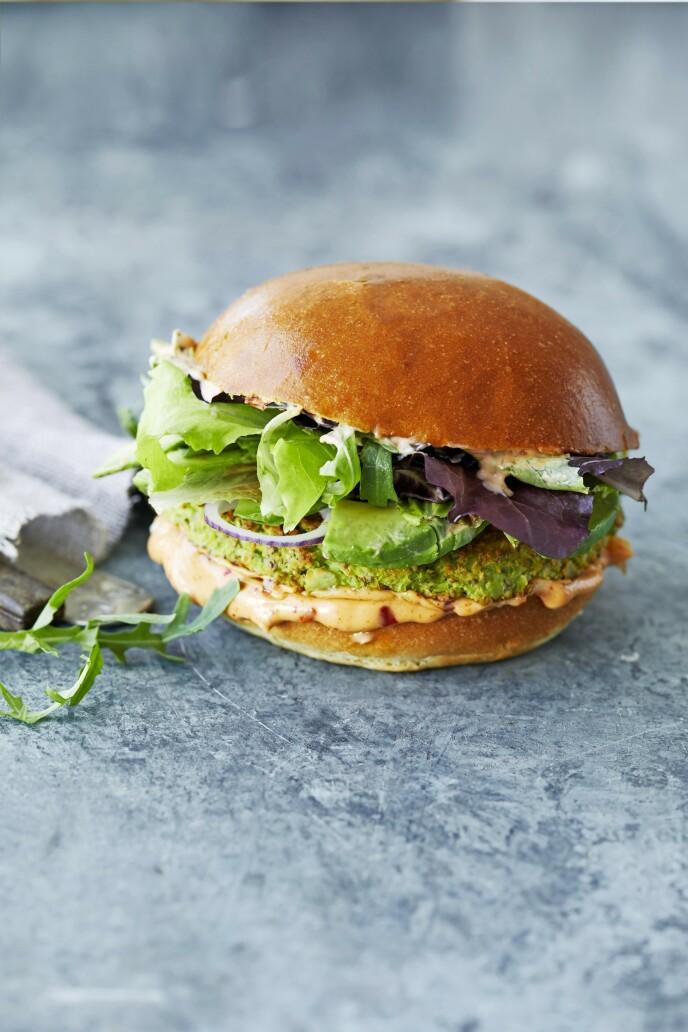 Denne grønne burgeren metter og smaker like godt som en vanlig, klassisk burger. Tips! Velg deg gjerne flere grønne ukedager, og lag vegetariske godbiter. FOTO: Winnie Methmann