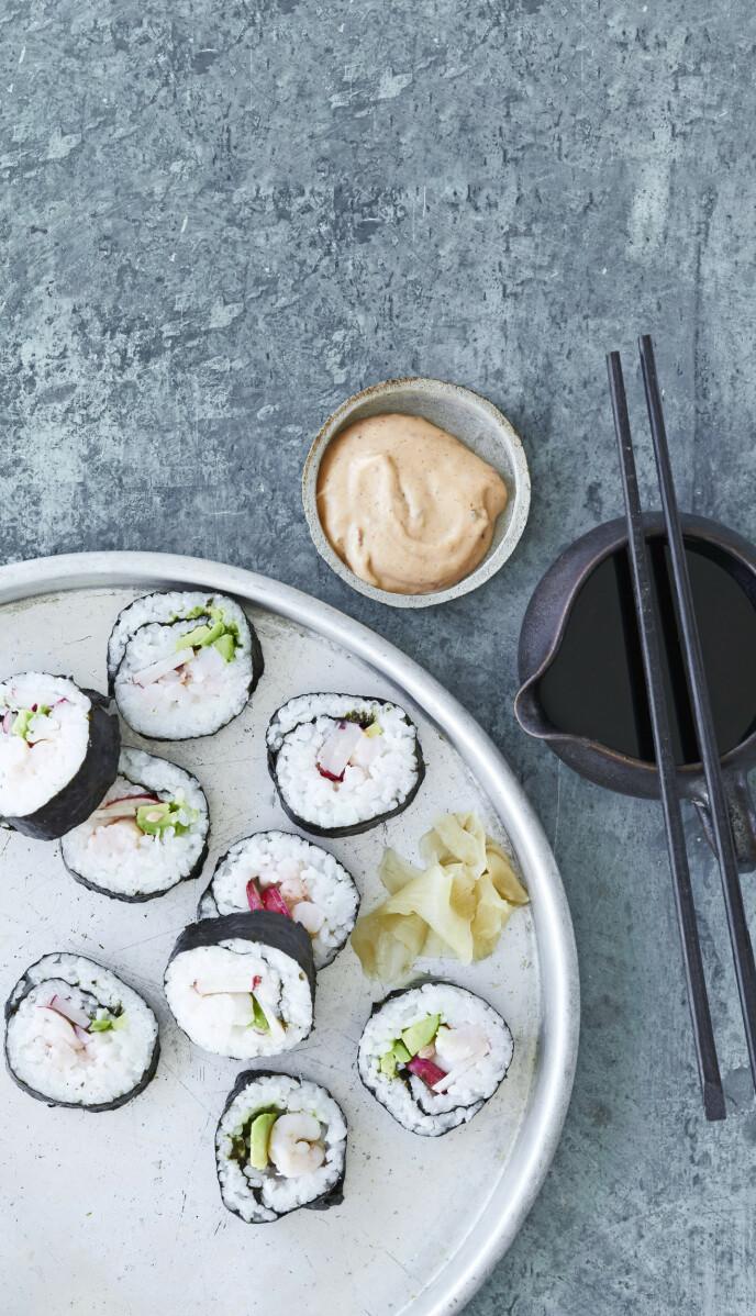 Hjemmelaget sushi krevet litt forberedelsestid, men det er gøy å lage det sammen med familiens unge. Tips! Både små og store elsker sushi, og ekstra gøy er det å spise den hvis den er hjemmelaget. FOTO: Winnie Methmann