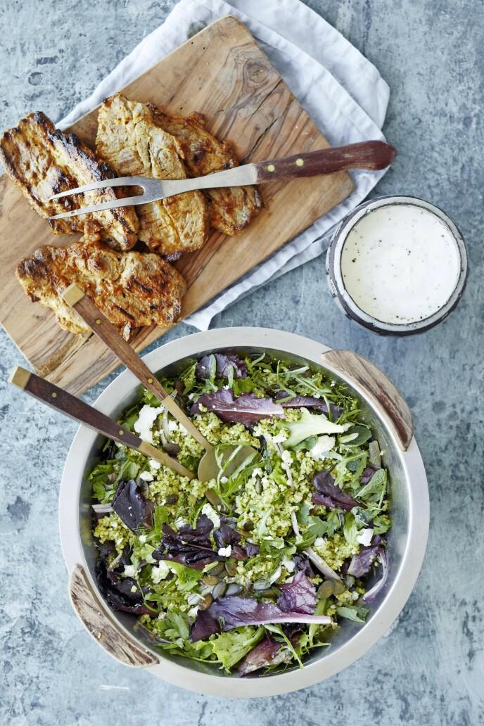 Kotelettene smaker ekstra godt når de marineres i en krydret hvitløkblanding. Tips! Bulgur koker du raskt, og den metter godt i en salat. FOTO: Winnie Methmann