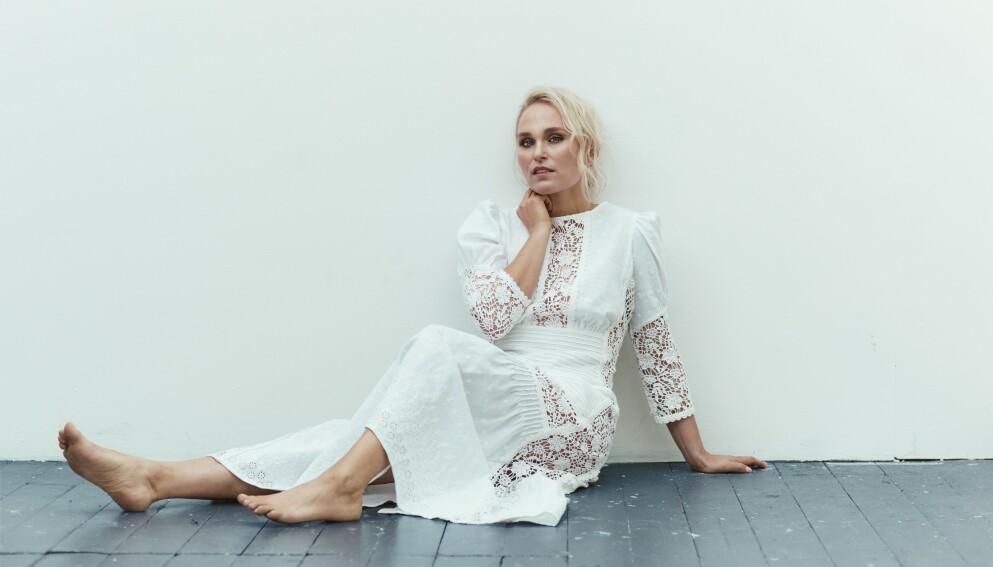 – Dette året har virkelig gitt meg perspektiv, sier Eva Weel Skram. Kjole fra By Timo og ringer fra Hasla og Enamel. FOTO: Astrid Waller
