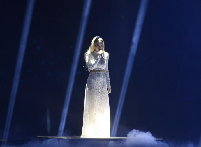 STILLE I STORMEN: Agnete fremfører låten «Icebreaker» under andre semifinale i Globen i 2016. Agnete husker at hun følte seg fjern, som om hun sto på siden av seg selv. FOTO: Janerik Henriksson/TT/NTB