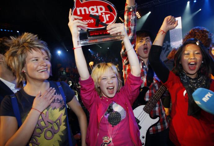 SEIER: Agnete jubler sammen med bandmedlemmene i The BlackSheeps da de vant i Melodi Grand Prix Junior i Spektrum i 2008. Fra venstre Victoria Eriksen, Agnete Johnsen, Alexander Touryguin og Emelie Nilsen. FOTO: Lise Åserud NTB