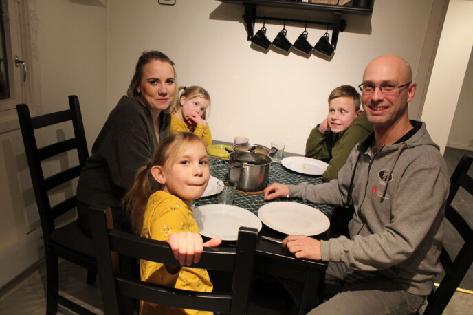 Hjemme hos Christin Larsen (31) og Henrik Hægeland (37) er det alltid noe som skjer når de tre barna er der. Her hjelper de til med å lage middag. Christin har barna Isak (13), Haley (8) og Ayleen (5). Henrik har ingen egne barn. FOTO: Signe Marie Rølland