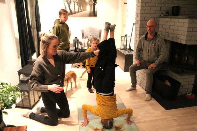 Jentene turner rundt på gulvet foran fotografen. Fra venstre: Haley (8, på hodet), mamma Christin Larsen (31), Isak (13), Ayleen (5) og bonuspappa Henrik Hægeland (37).